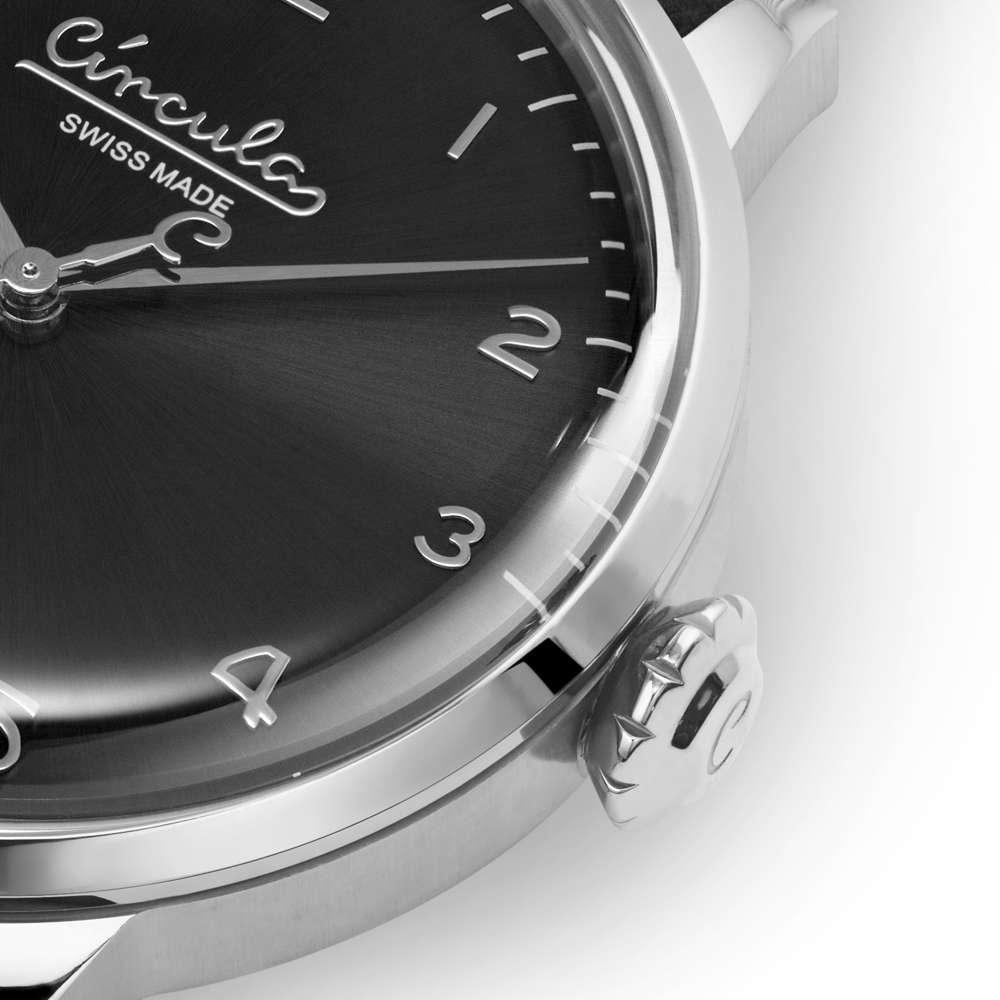 Circula Retro Quarz Ronda Uhrwerk silber schwarzes Ziffernblatt gewölbtes Mineralglas Zwiebelkrone