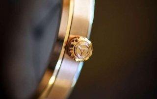 Flache Handaufzug-Uhr von der Seite